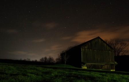 夜晚 星空 牧场 房屋 4K风景高端电脑桌面壁纸