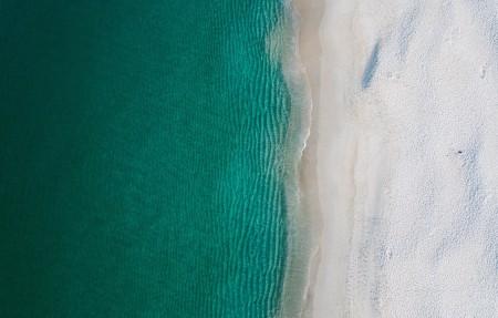 绿色的海洋 海滩 沙滩 海波 4K风景高端电脑桌面壁纸