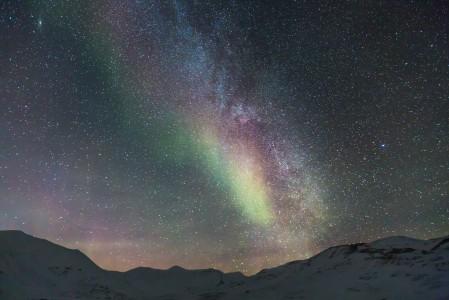 银河 北极雪 朗伊尔城 神奇的夜晚 星空4K高端电脑桌面壁纸