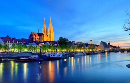 晚上 灯光 河流 房屋 德国 巴伐利亚 雷根斯堡 多瑙河 4K风景高端电脑桌面壁纸