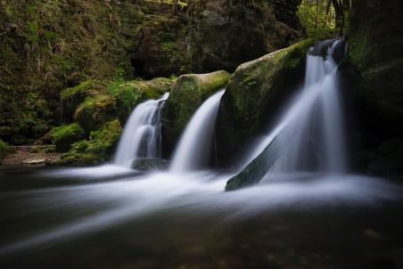 自然美丽的瀑布流水风景4K高端电脑桌面壁纸