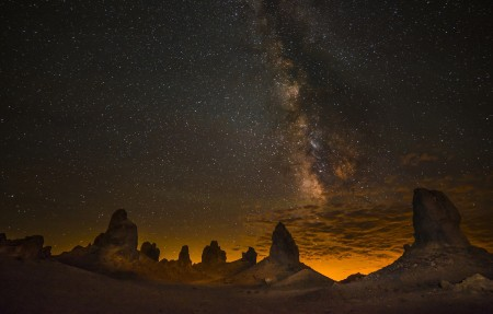 美国 加州 沙漠 晚上 银河 天空 岩石 星星 4K高端电脑桌面壁纸
