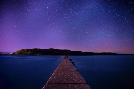 湖 码头 夜晚 星空风景4K高端电脑桌面壁纸