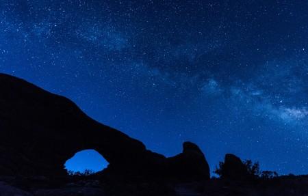 银河系 拱形山洞 犹他州国家公园 夜晚星空 4K风景高端电脑桌面壁纸