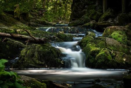 瑞典乌普萨拉 森林 瀑布 风景4K高端电脑桌面壁纸