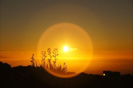 日出 橙色的光 假期 露营 太阳 草 天空 4K风景高端电脑桌面壁纸