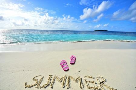 夏季海滩蓝色海边4K风景高端电脑桌面壁纸