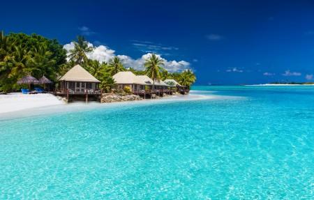 热带海岸海滩别墅4K风景图片高端电脑桌面壁纸