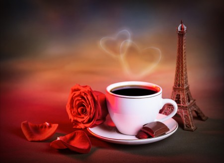 七夕 情人节 埃菲尔铁塔模型 咖啡 爱心 红色玫瑰 花瓣 图片