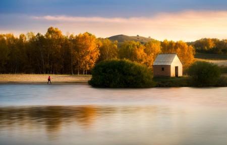 秋天小房流水伊人4K风景图片高端电脑桌面壁纸