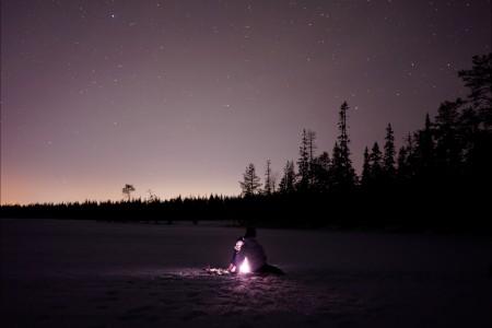 日落 夜晚 山 星空 雪地 旅行者 6K图片
