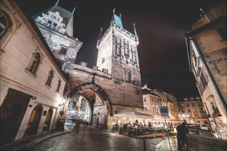 布拉格查尔斯桥塔夜景4K图片