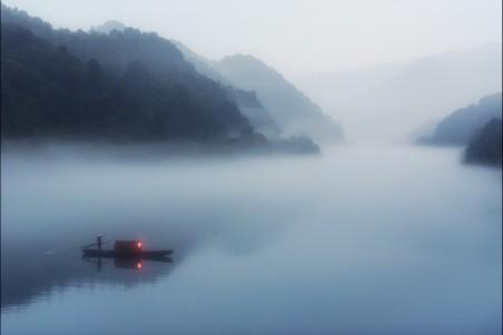 雾中的渔船4k风景高端电脑桌面壁纸
