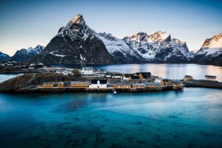 挪威最美丽的村庄:雷讷风景4K高端电脑桌面壁纸