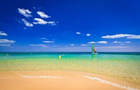 海洋 沙滩 蓝色天空 船 4K风景高端电脑桌面壁纸图片