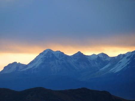 黎明下的安第斯山脉4k风景图片