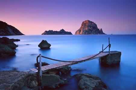 蓝色大海 天空 岩石 平静的海洋 沙滩 铁索桥 4k高清风景高端电脑桌面壁纸