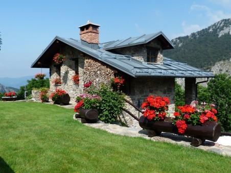 草地上的别墅风景图片