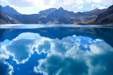 蓝色湖水 天空 云 山水山水倒影4k风景图片
