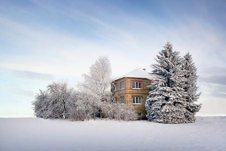 冬季 天空 云 雪 树木 房子 4k风景图片