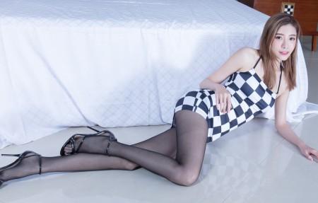 腿模Abby黑白方格裙子黑色丝袜美腿4k美女高端电脑桌面壁纸