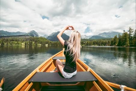 自然风景 森林 湖泊 船 女孩 手 心形 4k高端电脑桌面壁纸