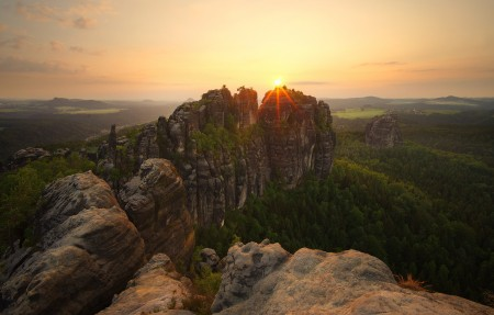 山 树林 石头 高处 夕阳日落风景4k高端电脑桌面壁纸
