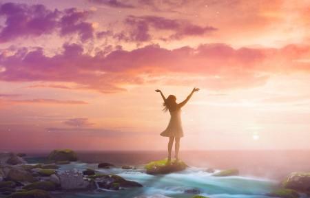 女人举起双臂 海边日出唯美风景3440x1440高端电脑桌面壁纸