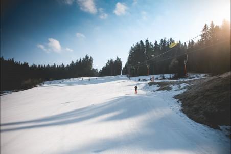 滑雪坡与晴朗的天气4k风景高端电脑桌面壁纸