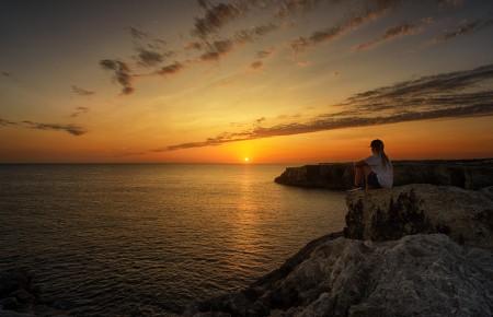 海岸看日落日出的女孩5k风景图片