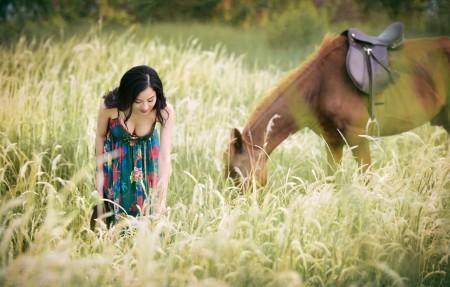 夏天,长发美女,小清新裙子,野外,散步,草,马,5k美女人物图片