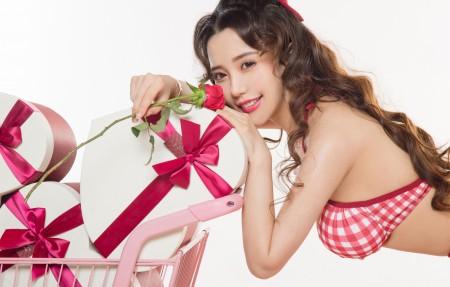 可欣 比基尼 长卷发 鲜花 玫瑰 4k美女高端电脑桌面壁纸3840x2160