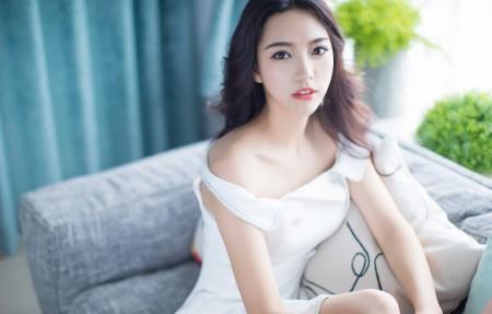 居家 沙发 白色裙子养眼美女嫣儿4k高端电脑桌面壁纸3840x2160