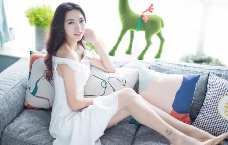 嫣儿白色裙子居家美女4k高端电脑桌面壁纸3840x2160