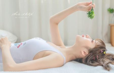 平躺在床上的小清新美女4k高端电脑桌面壁纸3840x2160