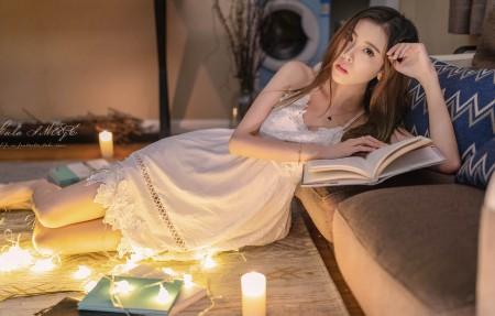 穿白色裙子的美女 看书 4k美女壁纸