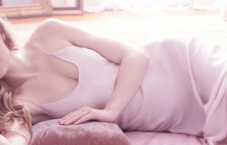 穿粉红色连衣裙美女3440x1440壁纸