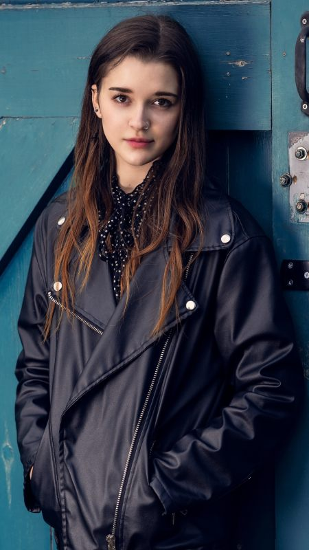 穿皮夹克的长发美女极品游戏桌面精选4K手机壁纸