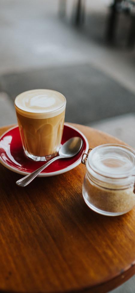 茶几上的卡布奇洛咖啡4K高清手机壁纸推荐