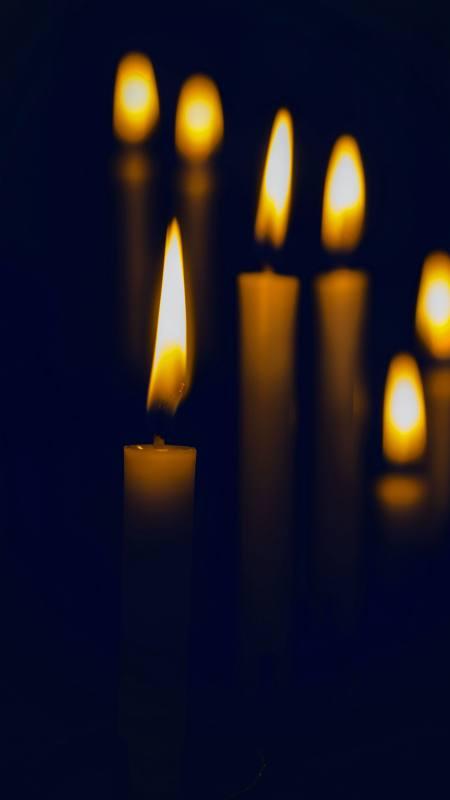黑暗中的烛光极品游戏桌面精选4K手机壁纸