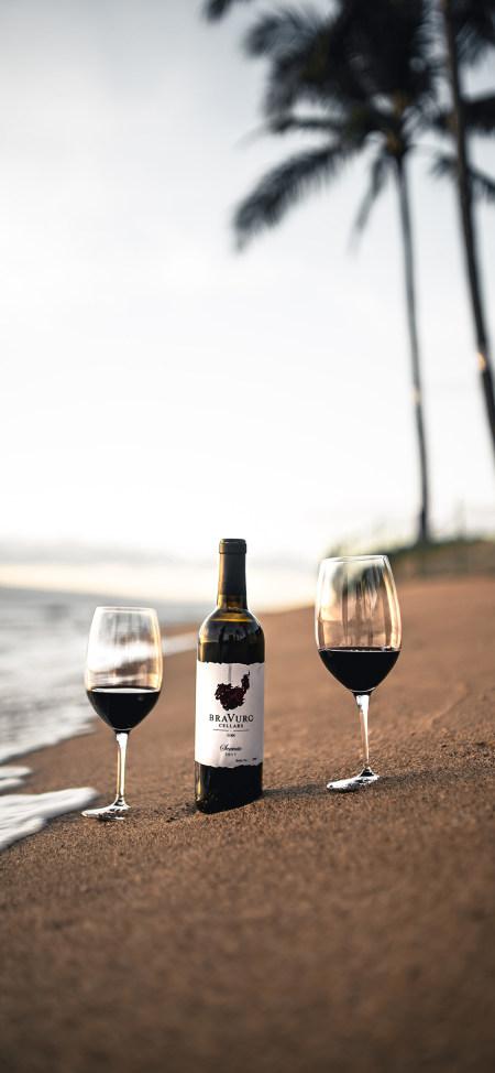 海滩上的红酒和高脚杯4K高清手机壁纸推荐