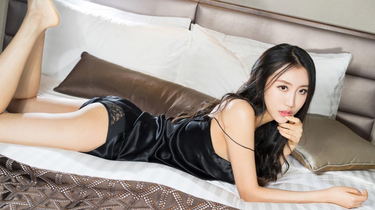 穿黑色睡衣的性感美女香肩美腿梦珊4K高端电脑桌面壁纸