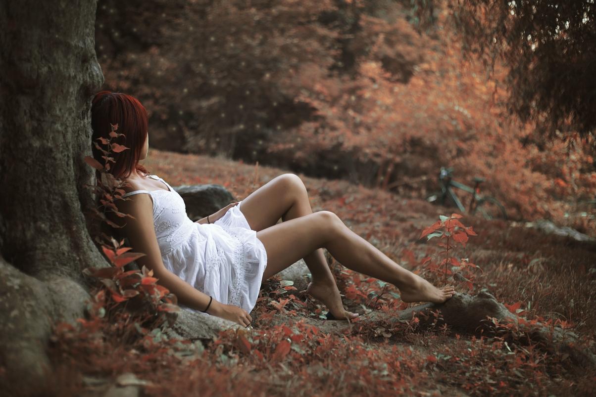 秋天 树 红叶子 女孩 白裙子 腿 5K美女高清壁纸极品游戏桌面精选