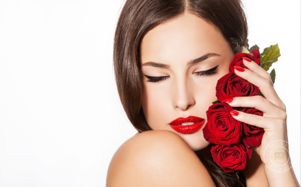 女孩化妆唇膏玫瑰花4K高端电脑桌面壁纸