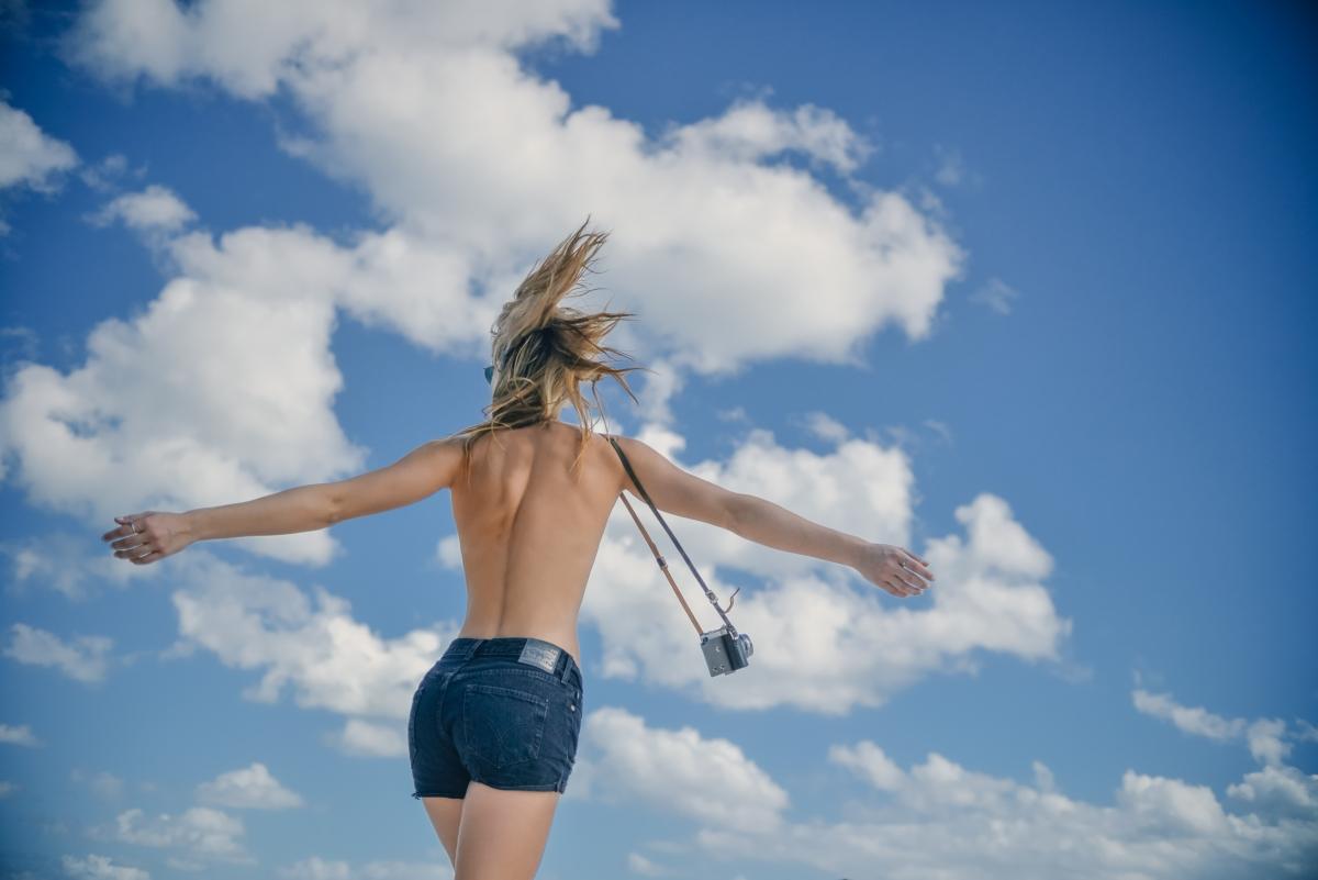 年轻女子 苗条身材 裸背 牛仔裤子 蓝色天空 个性艺术7k图片