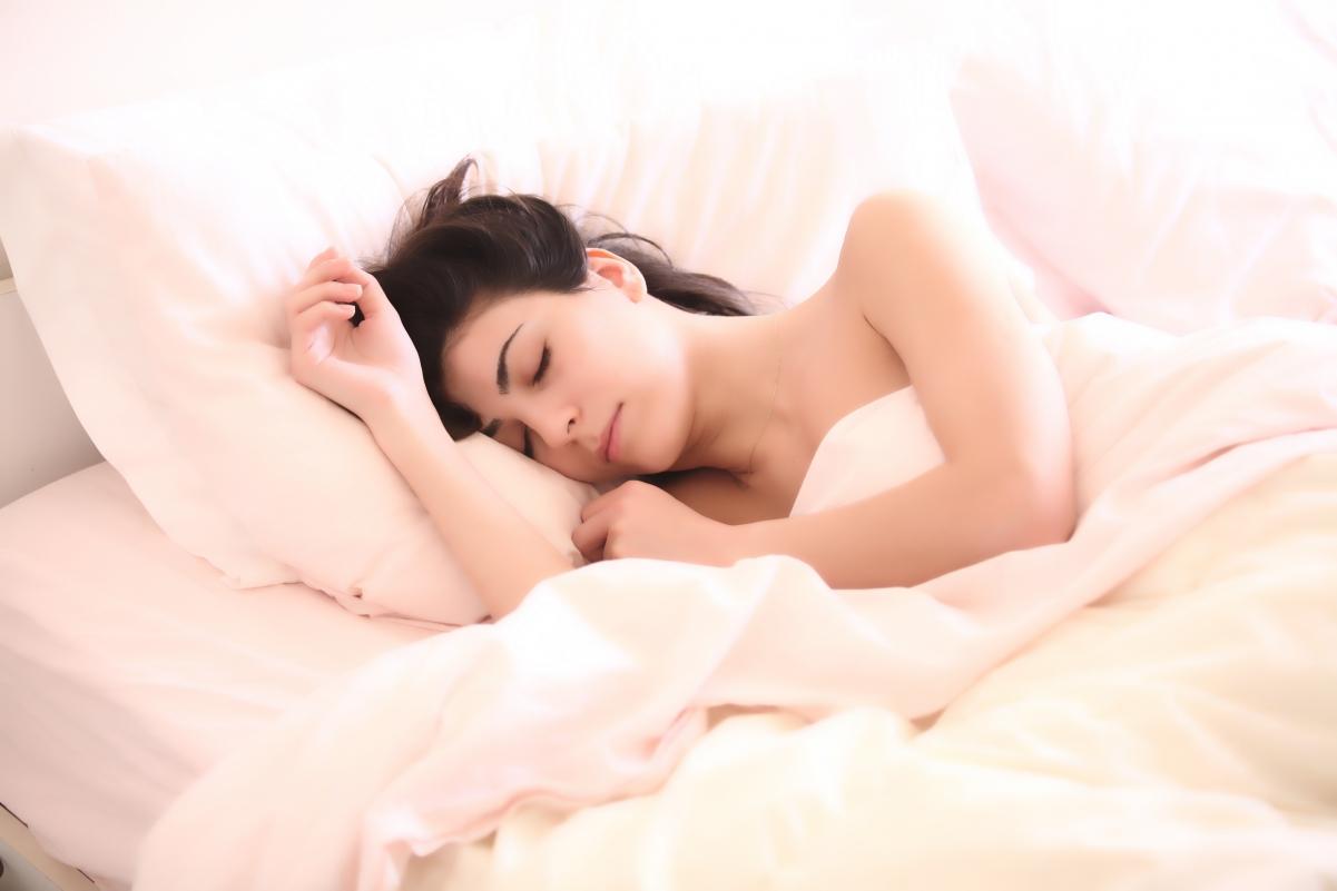 美女睡眠4k高端电脑桌面壁纸