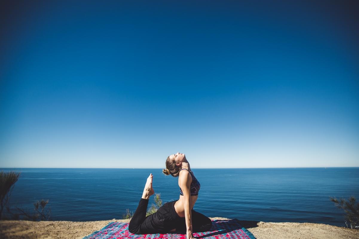 海滩上的瑜伽美女5k图片