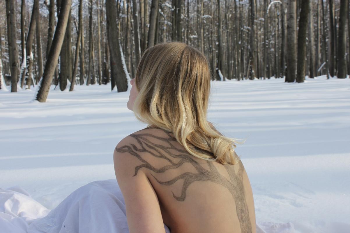 冬天雪地 比基尼 裸背美女 4k高端电脑桌面壁纸