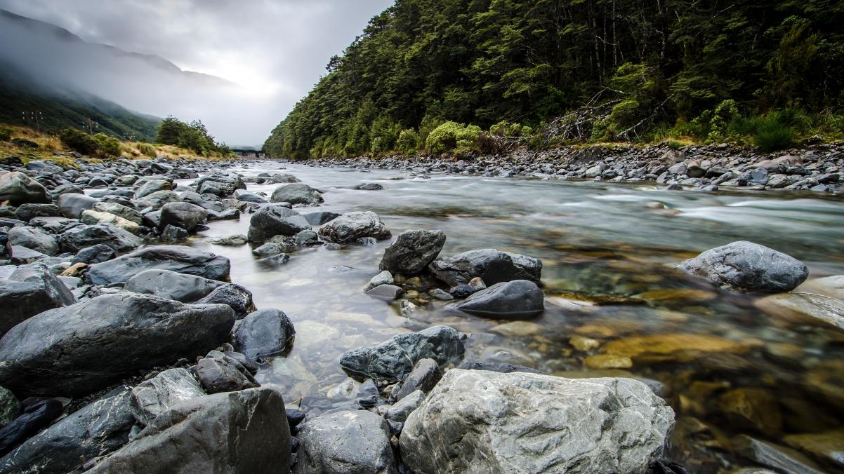 新西兰朦胧的比利河4k风景高端电脑桌面壁纸
