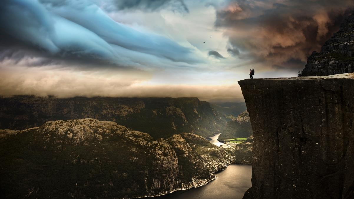 挪威旅行 作者:Robin Kamp 站在604米的边缘 3840x2160高端电脑桌面壁纸